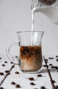 Co niszczy jelita ? Kawa z mlekiem krowim  dla większości z nas nie jest wskazana.