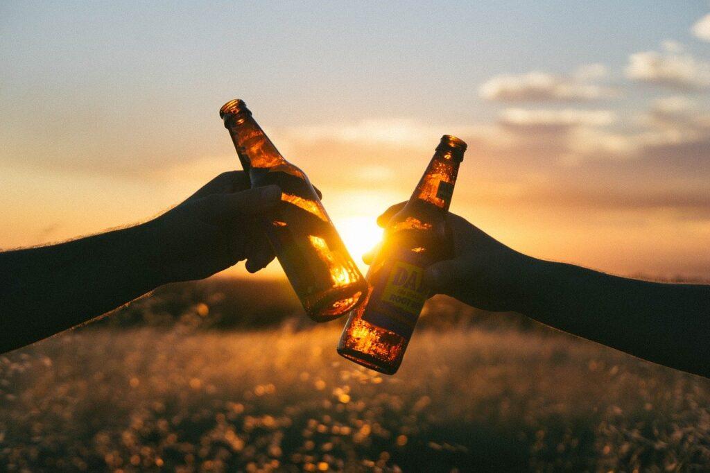 Alkohol W nadmiarze może niszczyć ich śluzówkę jelit.