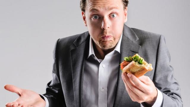 Pośpiech w jedzeniu niszczy jelita. Jedz powoli.